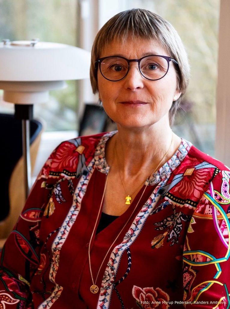 Lene Kjølner, smykkedesigner, ses her med smykkerne skytsengel og tro-håb-kærlighed