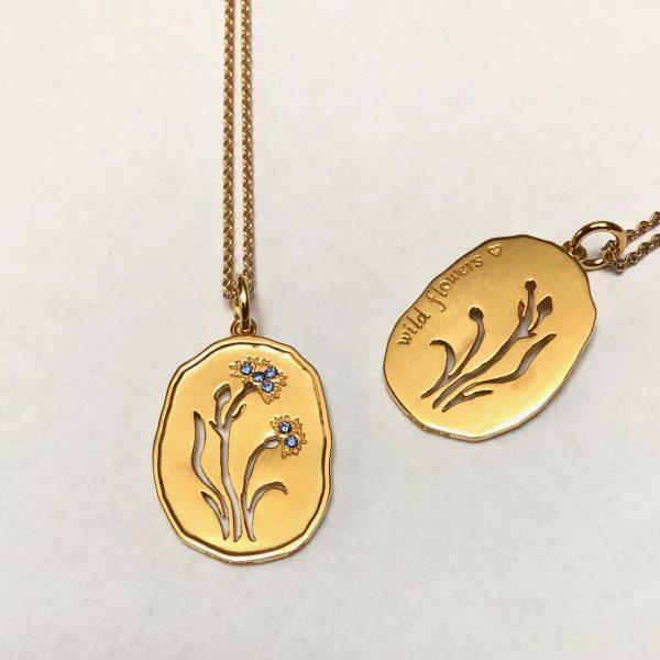 forgyldt smykke-vedhæng med kornblomst og blå sten, wild flowers, for- og bagside