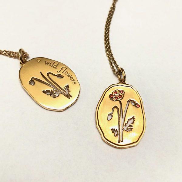 valmue forgyldt sølv-vedhæng med valmue, forside og bagside med inskription Wild Flowers