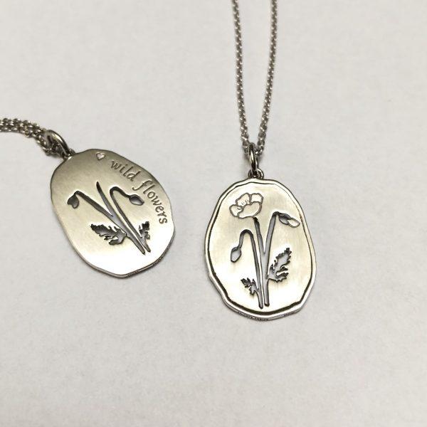 Wild Flowers, valmue halskæde sølv, forside og bagside